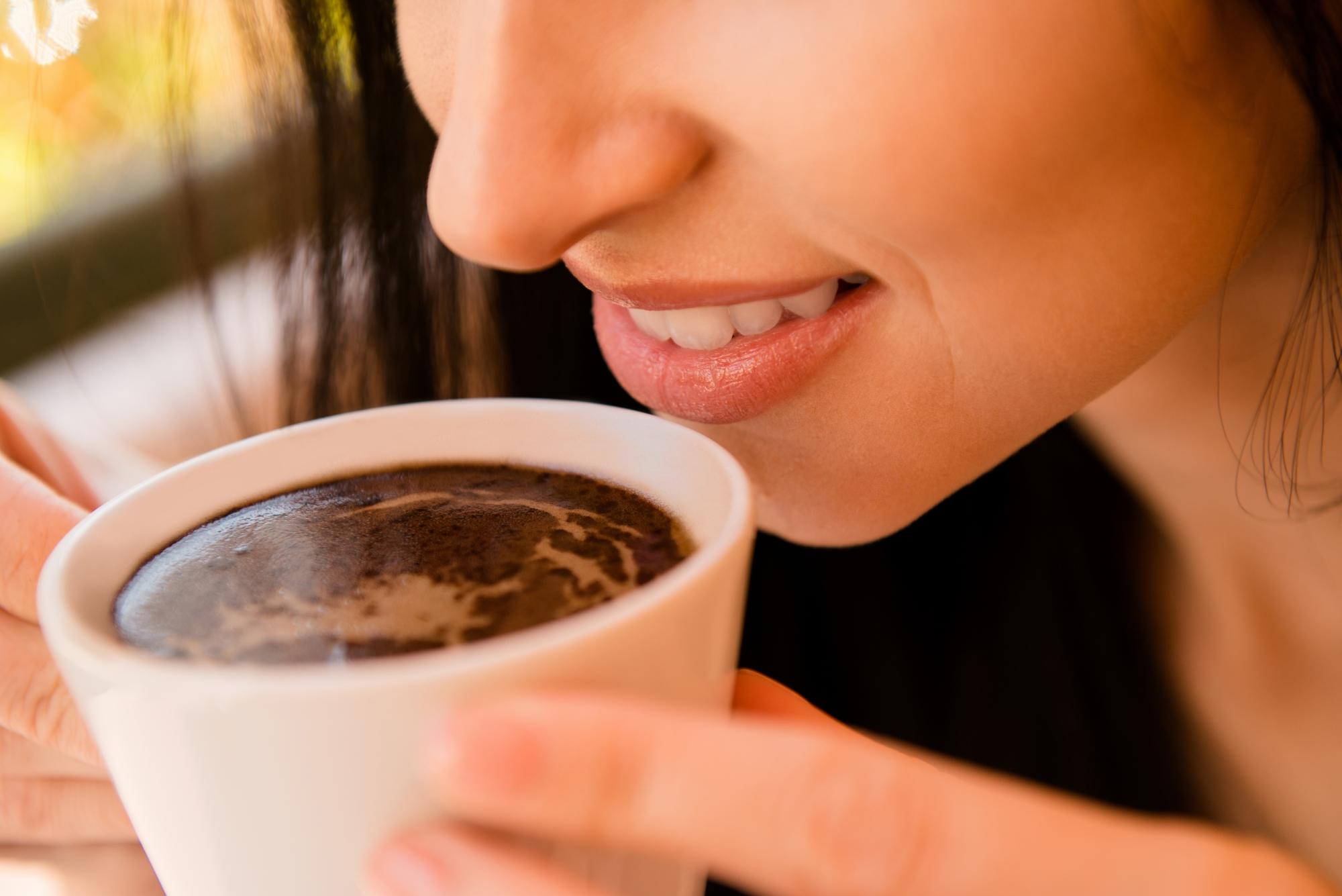 kobieta trzymająca kubek z kawą