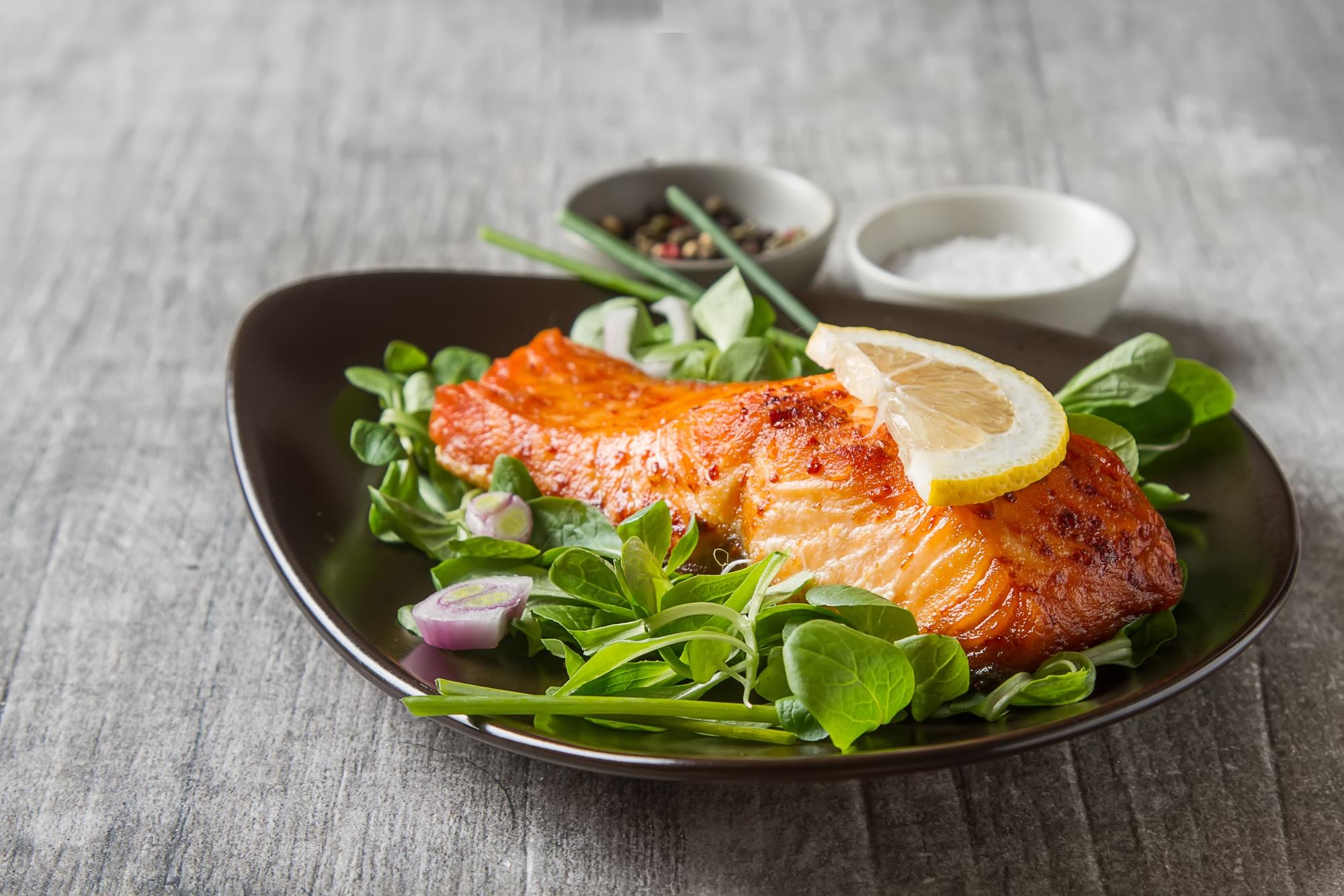 danie z łososia. dieta i zęby