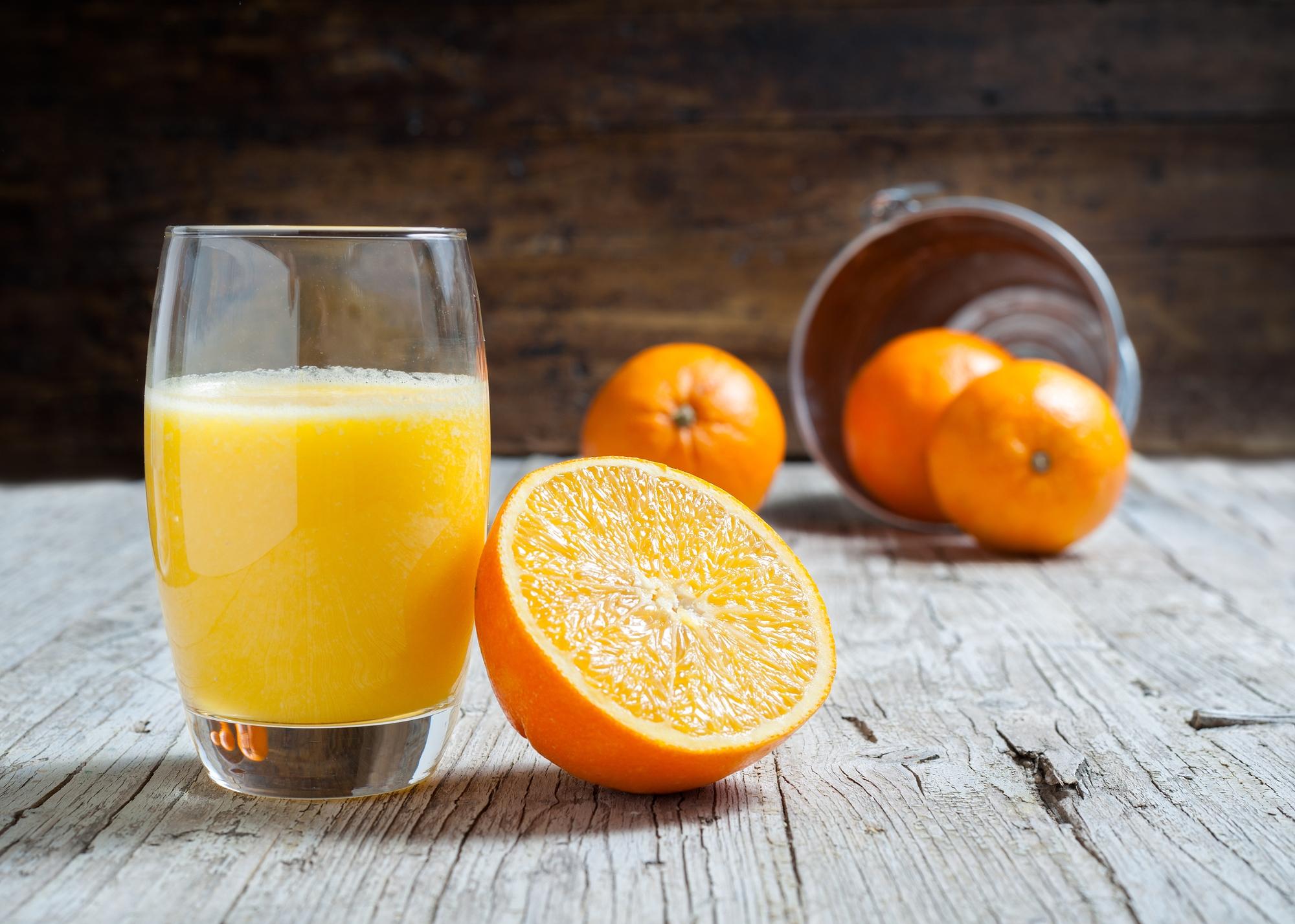 szklanka soku pomarańczowego i pomarańcze