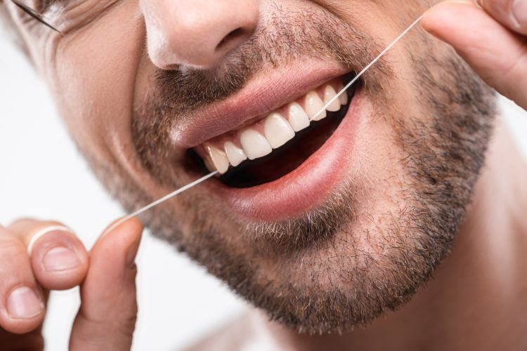 dlaczego warto codziennie nitkować zęby, nitkowanie zębów